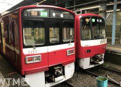 三崎口駅に停車中の京急1500形電車(左)と600形電車(ラヒティカ大森森/写真AC)
