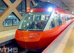 新宿駅に停車中の小田急「ロマンスカーGSE」70000形電車(fujikiseki1606/写真AC)