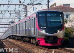 「京王ライナー」「Mt. TAKAO号」などで運行している京王5000系電車(ゴスペル/PIXTA)