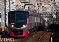 「京王ライナー」「Mt. TAKAO号」などで運行している京王5000系電車(tarousite/PIXTA)