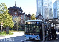 東京駅丸の内口に停車中の燃料電池バスで運行している都営バス(Katsumi/TOKYO STUDIO)