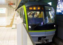 七隈線天神南駅に停車中の福岡市地下鉄3000系電車(JenJ_Payless/Shutterstock)