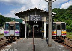 芸備線備後落合駅に停車中のJR西日本キハ120形気動車並び(アクセルF/写真AC)