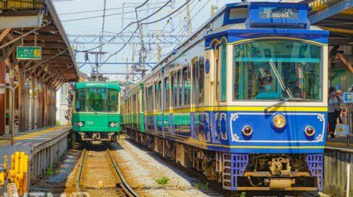江ノ島電鉄10形電車(右)と1000形電車(makoto.h/写真AC)