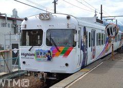上高地線渚駅に到着するアルピコ交通3000形電車「なぎさTRAIN」(Katsumi/TOKYO STUDIO)