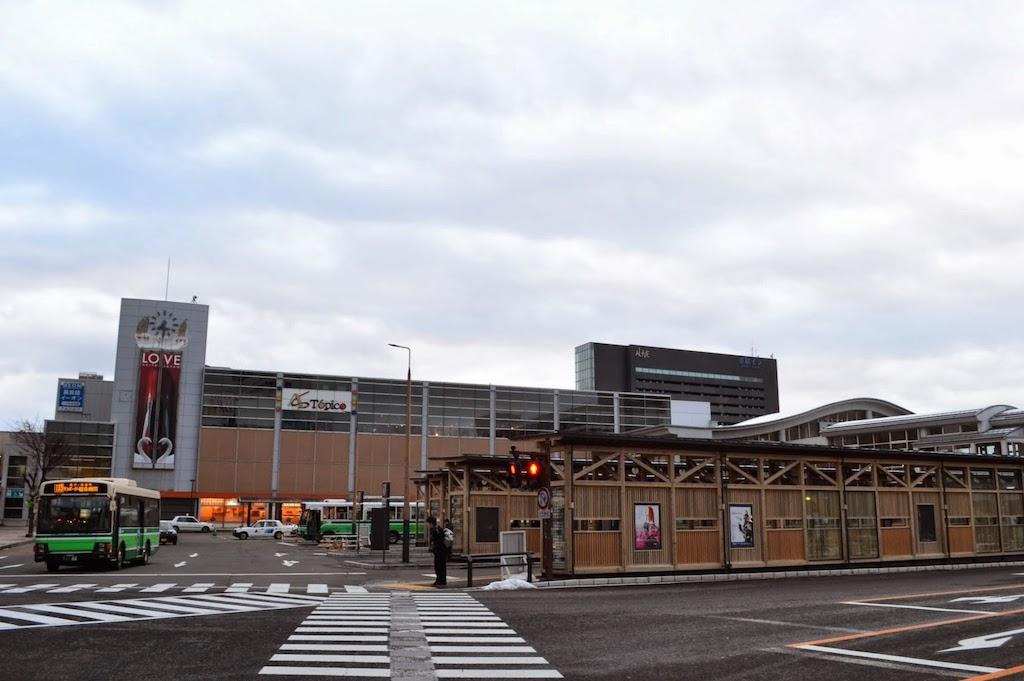 JR秋田駅西口の駅ビル「トピコ」とバスターミナル