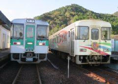 阿佐海岸鉄道の気動車「しおかぜ」ASA-100形(右)とJR四国1200系気動車、すでに見ることのできなくなった海部駅での両者の接続