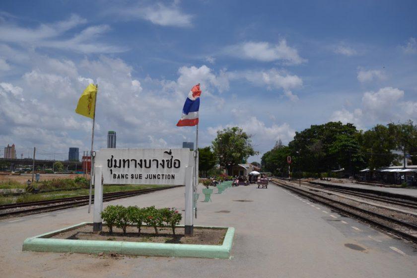 バンスー分岐駅の左に広がる、建設前のバンスー中央駅予定地(2014年6月撮影)