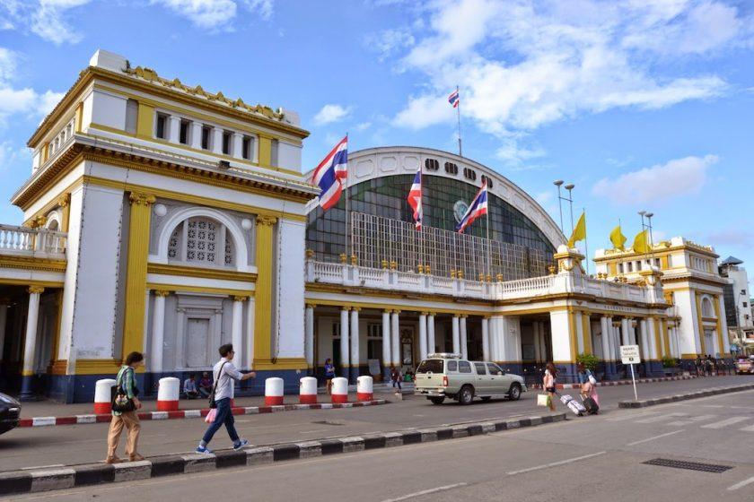 長く親しまれているバンコク中央駅(フワランポーン駅)の駅舎