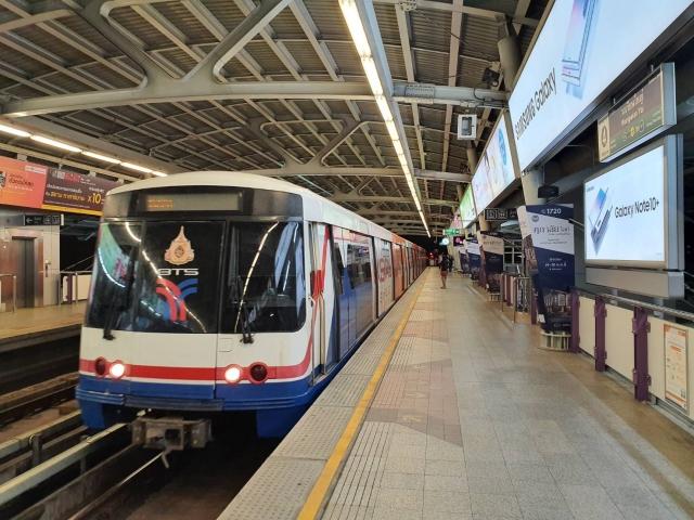 バンコク首都圏に路線網を持つ高架鉄道「BTSスカイトレイン」の車両